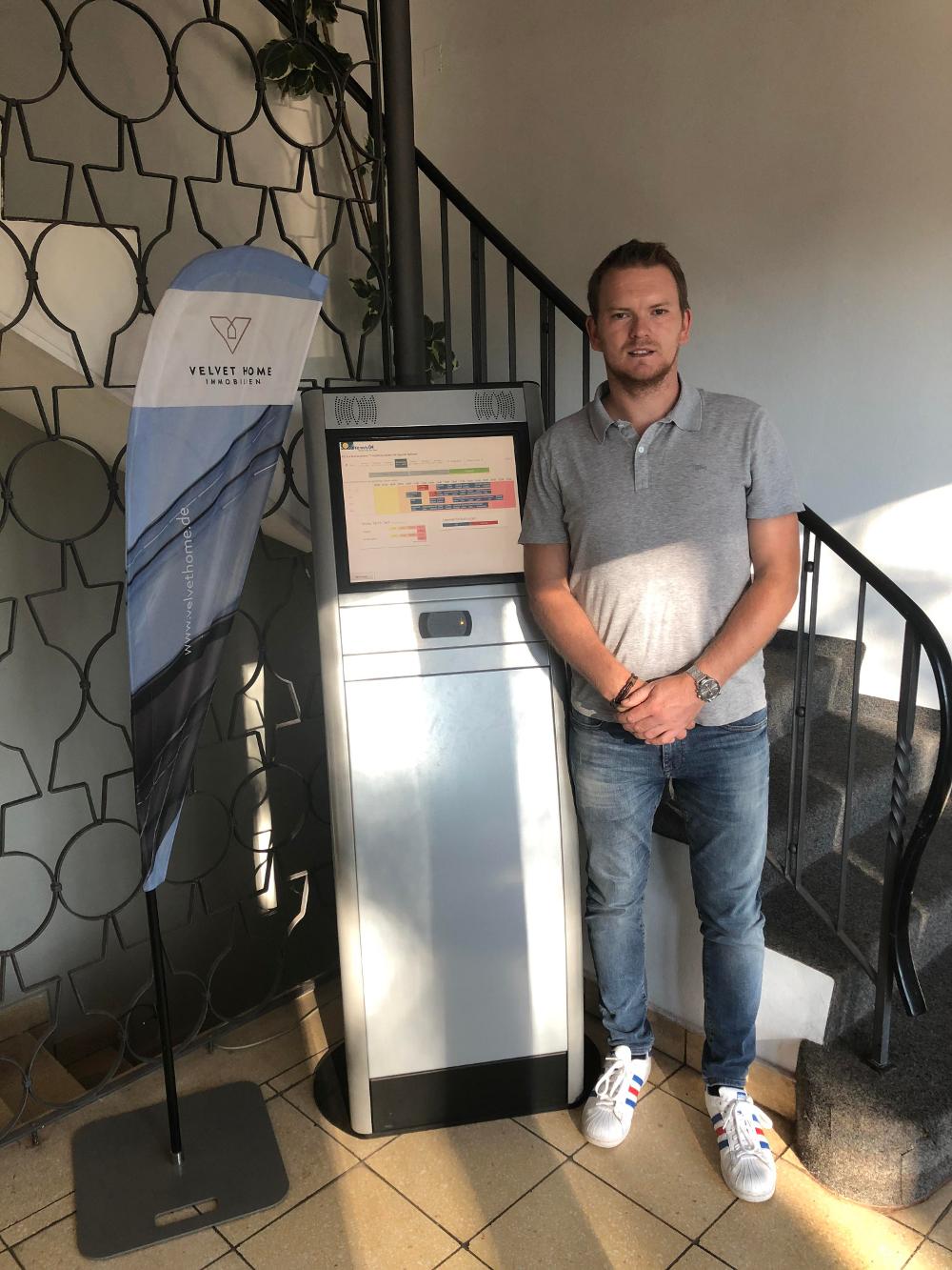 TC-Augsburg-Herr-Paul-mit-Touchterminal-von-tennis04-2018